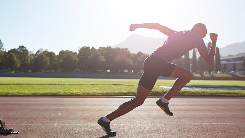 Спортсмен бегает