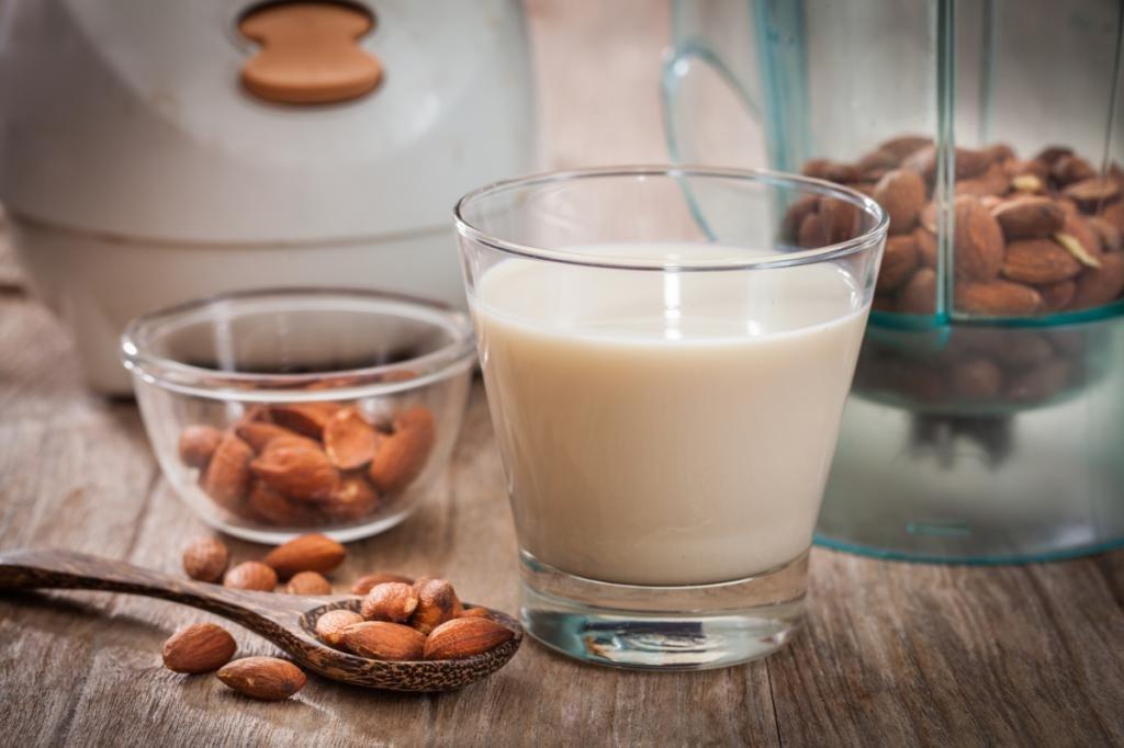 Стакан миндального молока