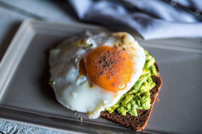 яичница-глазунья с салатом из зелени