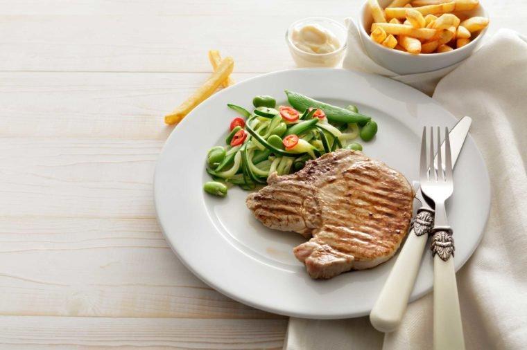 стейк с овощным салатом
