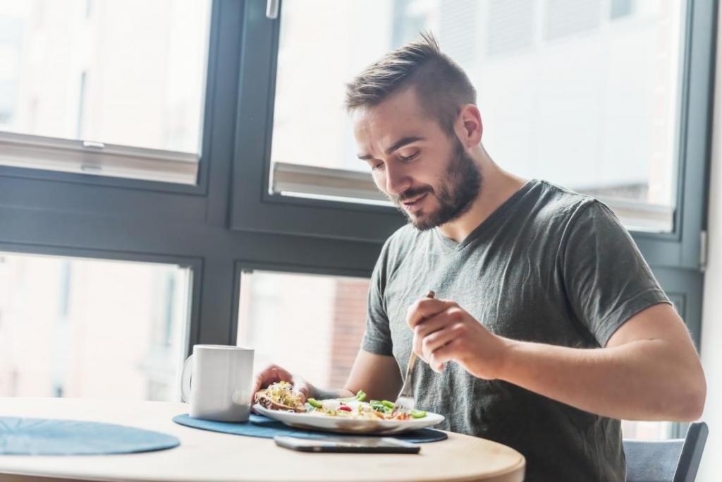 мужчина ест полезную пищу