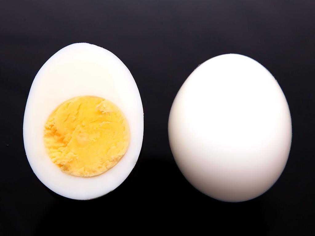 Вареное яйцо на черном фоне