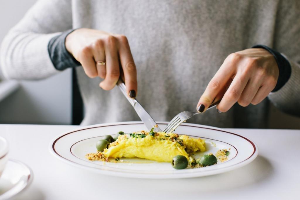 Девушка ест омлет