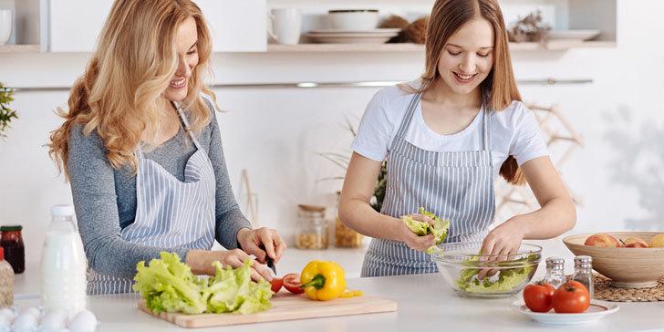 женщины готовят овощной салат