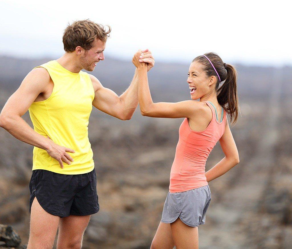девушка и парень в спортивной одежде