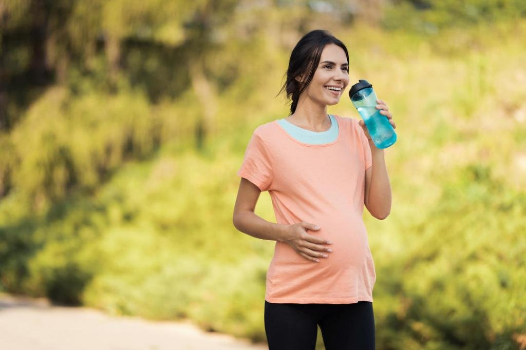 Беременная женщина на прогулке