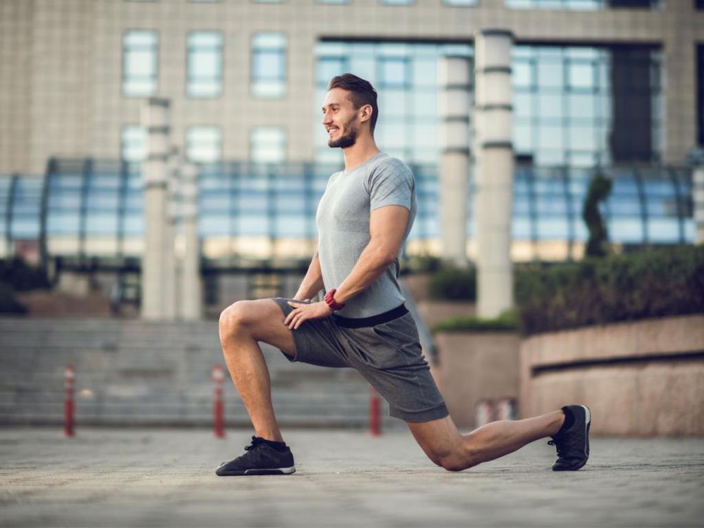 Мужчина сгибает ногу в колене