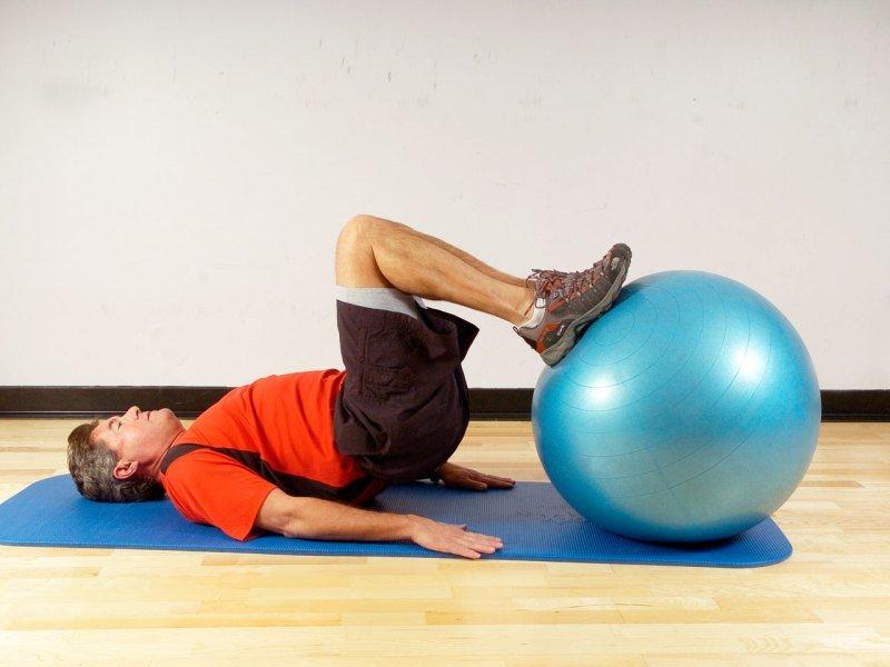 Мужчина делает упражнение для ног