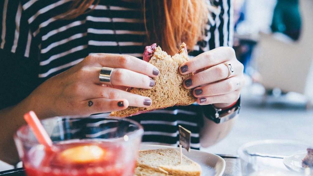 сэндвич в руках