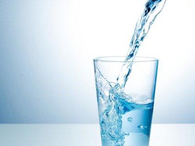 Действительно ли нужно пить 2 литра воды в день? Нормы потребления жидкости, последствия обезвоживания