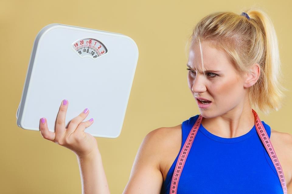 пытается похудеть