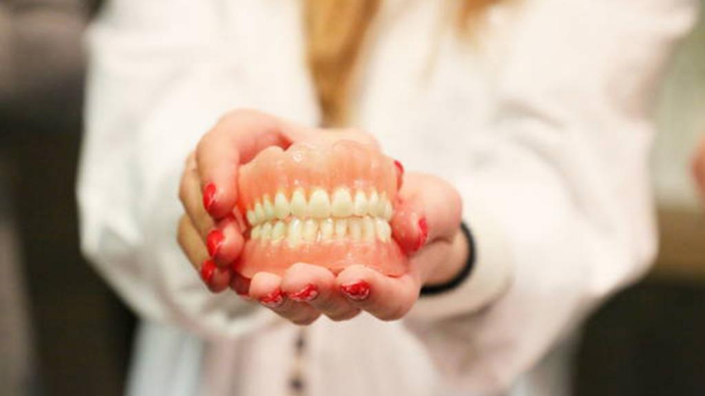 полный съемный пластиночный протез на верхнюю челюсть