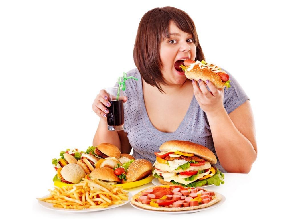 женщина ест фаст фуд